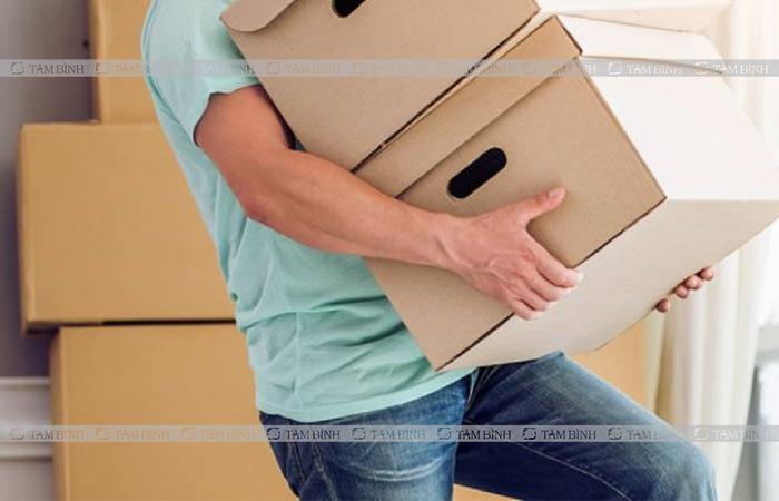 Khuân vác nặng cũng là một trong những nguy cơ gây tổn thương cột sống thắt lưng