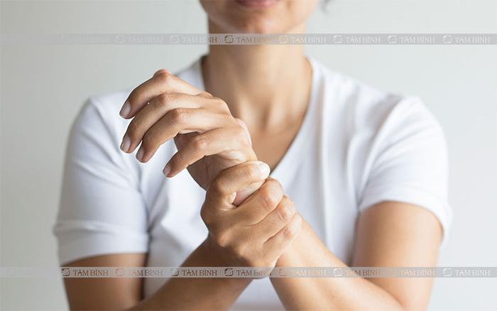 Mức độ đau tăng dần, lan rộng ra toàn cánh tay