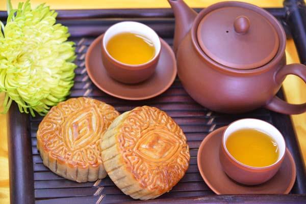 Ăn bánh, uống trà, thưởng trăng là thú vui của người Việt trong ngày tết Trung thu
