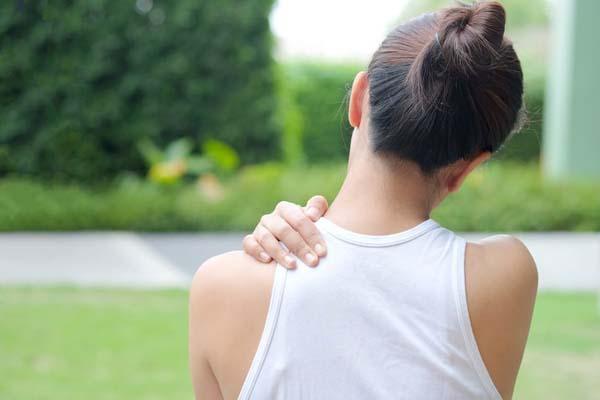 Sinh hoạt sai tư thế là nguyên nhân chính gây đau bả vai