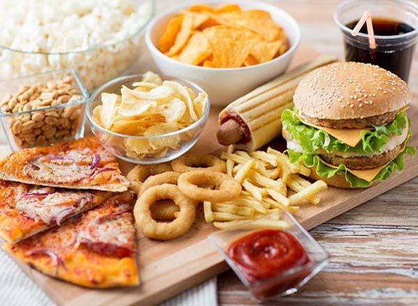 Không nên cho trẻ ăn đồ ăn nhanh