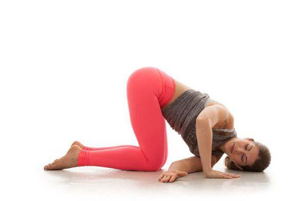 Bài tập tư thế luồn kim giúp giãn cơ và giảm đau nhức vùng thắt lưng