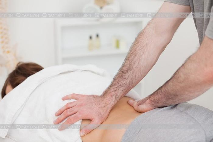 Người bị đau vùng thắt lưng có thể áp dụng biện pháp massage
