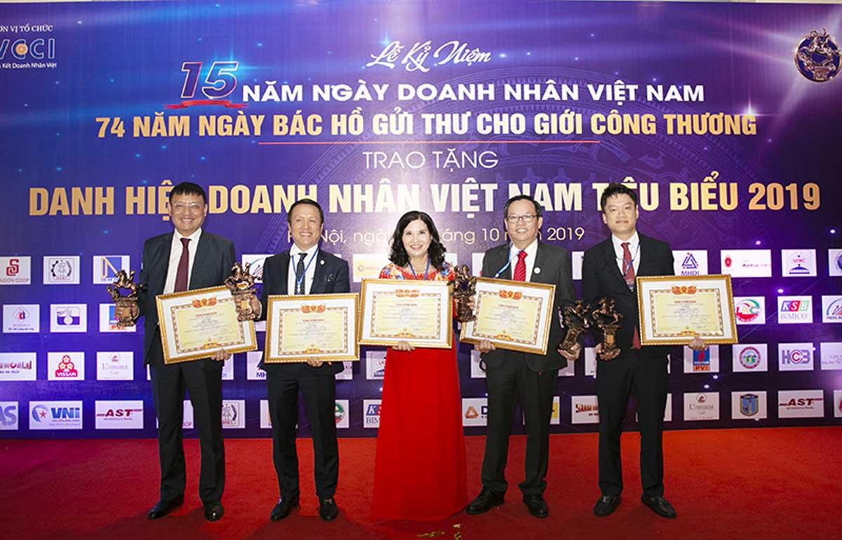 TGĐ Lê Thị Bình chụp ảnh cùng các doanh nhân sau Lễ trao Cúp Thánh Gióng