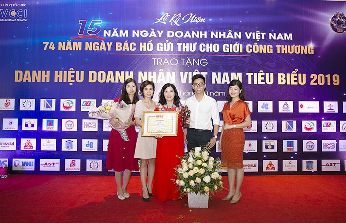 TGĐ Lê Thị Bình cùng CBNV Tâm Bình tại Lễ trao Cúp Thánh Gióng