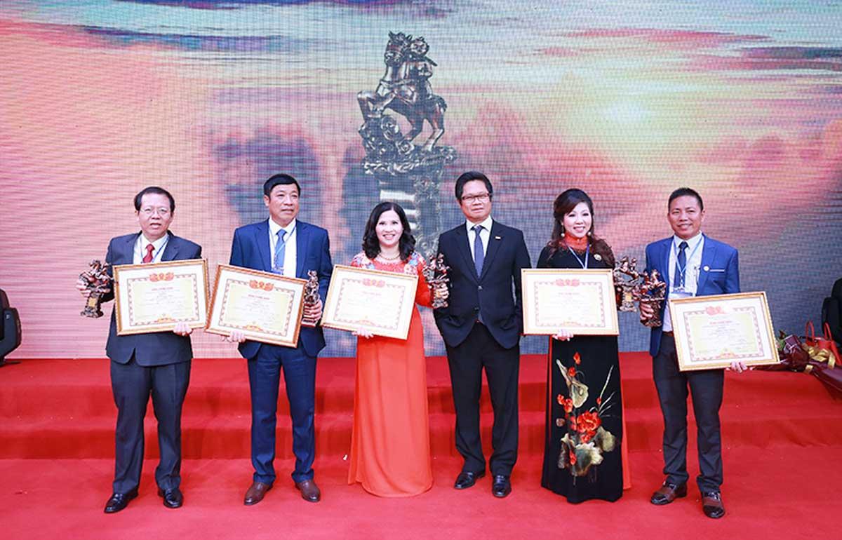TGĐ Lê Thị Bình chụp ảnh cùng TS. Vũ Tiến Lộc và các doanh nhân nhận giải
