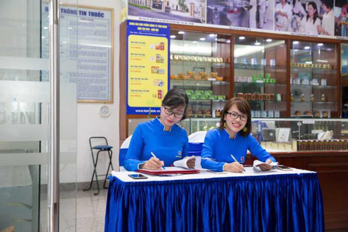 CBNV Tâm Bình có mặt từ sớm tươi cười chào đón khách hàng