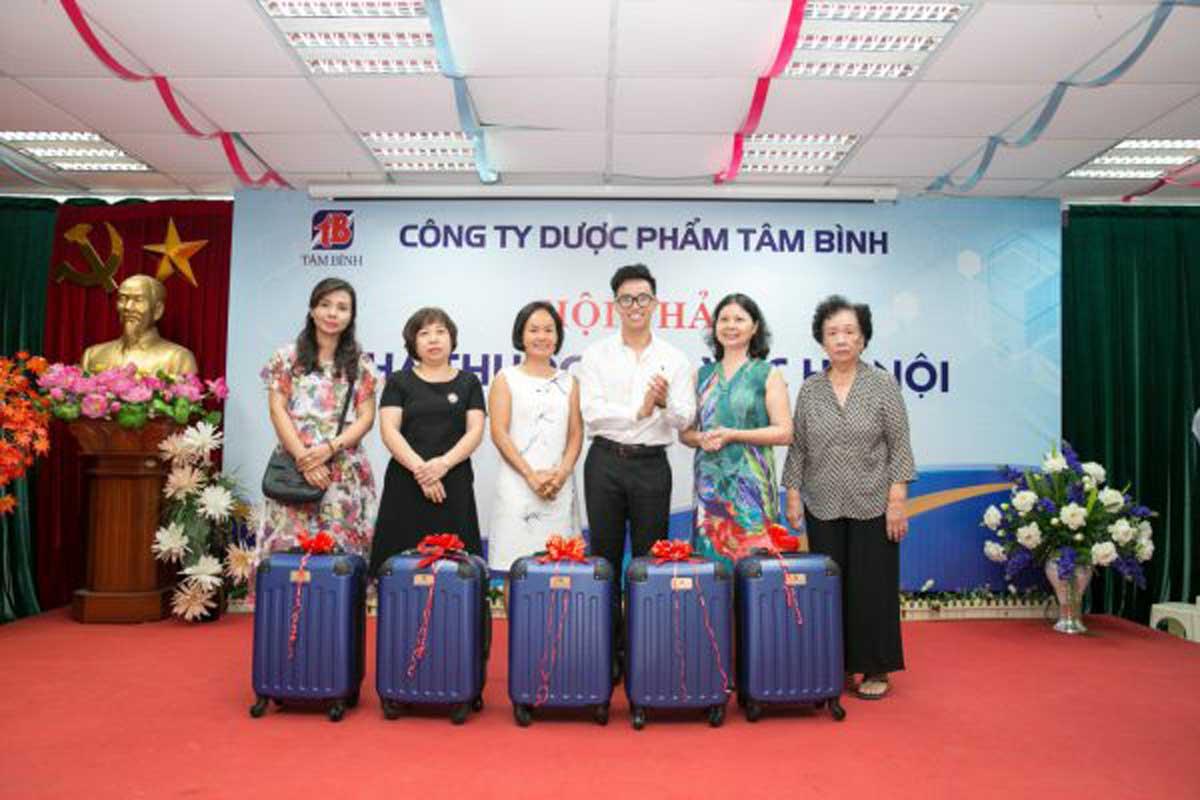 Thạc sĩ, Dược sĩ Nguyễn Minh Hoàng tặng quà cho các khách hàng may mắn nhận giải nhì