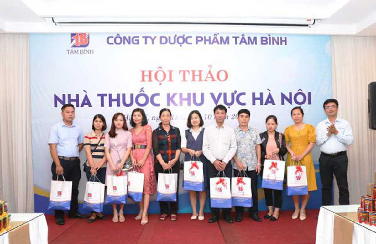 Anh Hán Bình Minh - Trưởng phòng Kinh doanh Cty Dược phẩm Tâm Bình, trao giải khuyến khích cho đại diện các nhà thuốc trên địa bàn quận Thanh Xuân và Đống Đa.