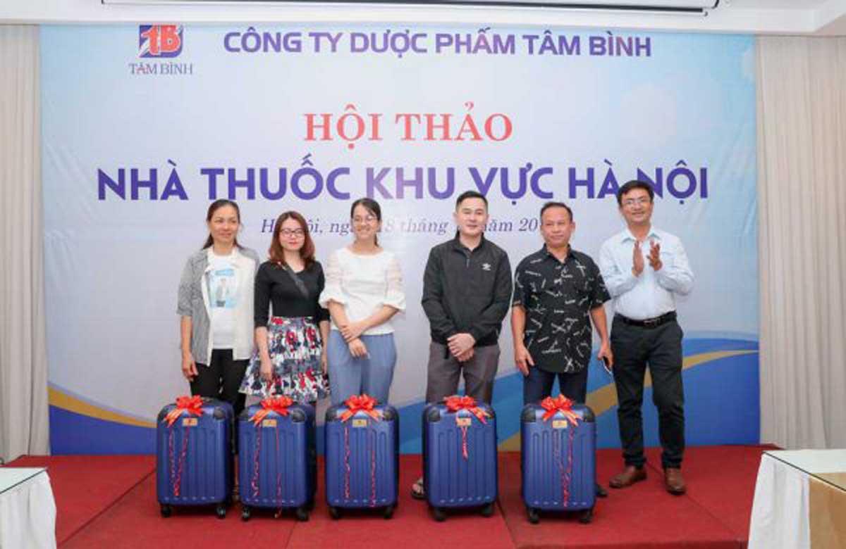Anh Hán Bình Minh - Trưởng phòng Kinh doanh Cty Dược phẩm Tâm Bình, trao giải ba cho đại diện các nhà thuốc trên địa bàn quận Thanh Xuân và Hà Đông.