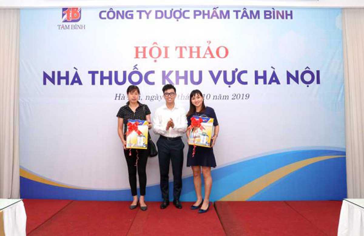 Thạc sĩ, Dược sĩ Nguyễn Minh Hoàng, Phó Giám đốc Cty Dược phẩm Tâm Bình trao giải nhì cho khách hàng may mắn