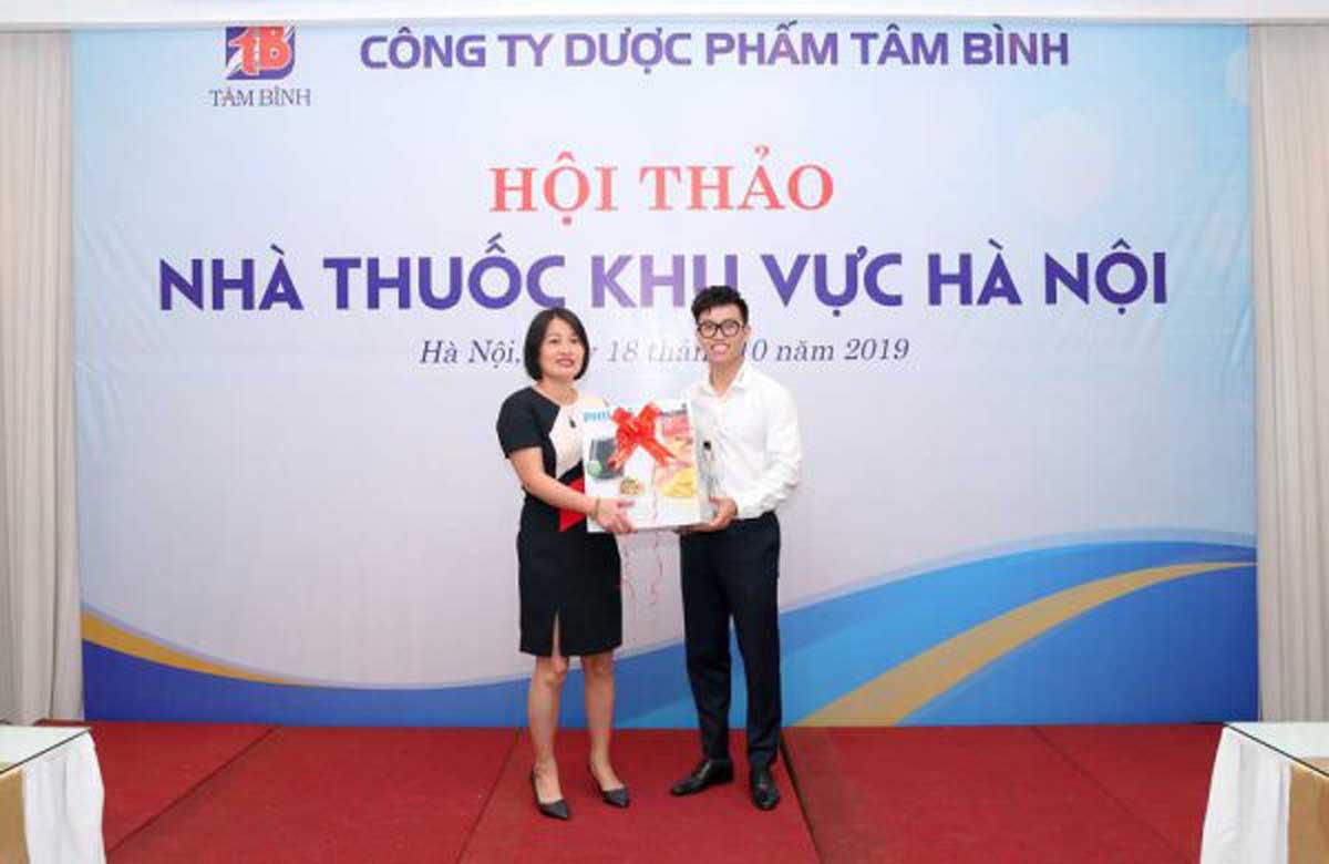 Phó Giám đốc Nguyễn Minh Hoàng trao giải nhất cho khách hàng may mắn tại Hội thảo.