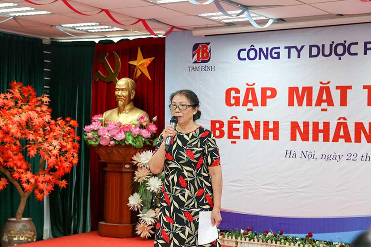 Cô Trương Thị Hằng sáng tác thơ tặng Dược phẩm Tâm Bình ngay trong hội nghị