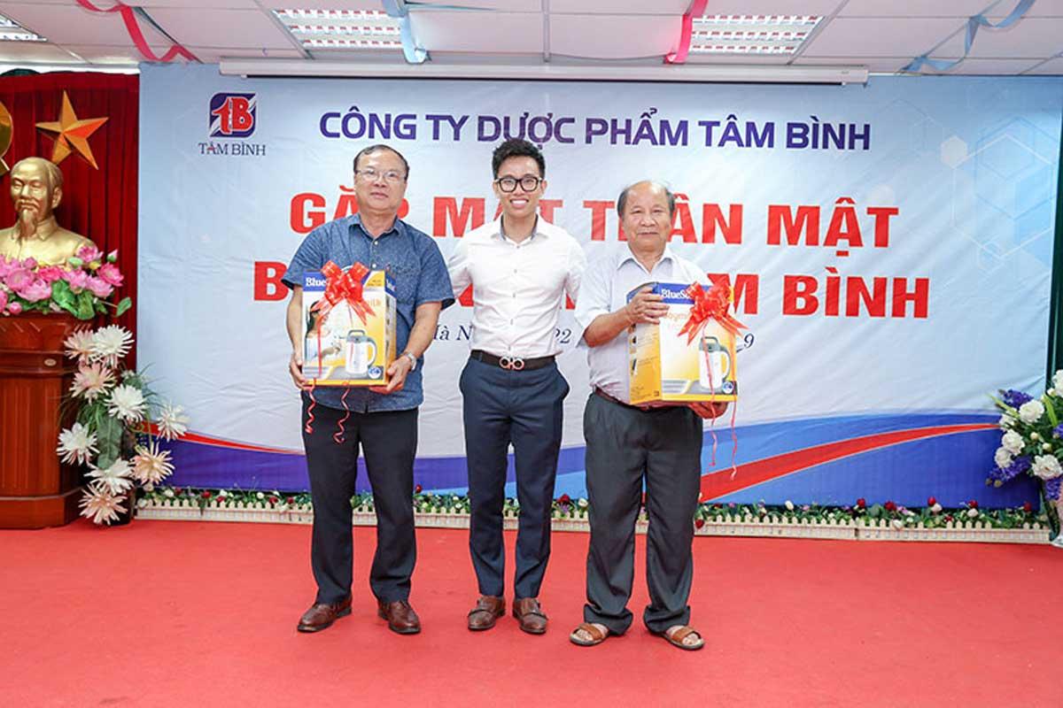 2 giải nhì là máy xay sinh tố đã được trao cho chú Nghĩa và chú Thủy.
