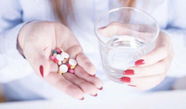 Uống thuốc Celecoxib trực tiếp với nước lọc