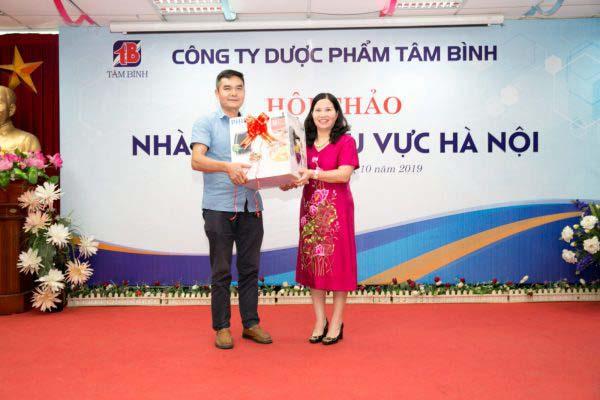TGĐ Lê Thị Bình trao giải nhất cho khách hàng may mắn nhận giải nhất