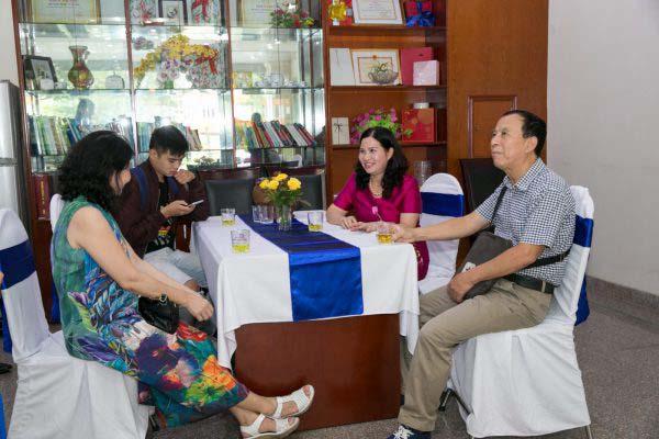 TGĐ Lê Thị Bình trò chuyện cũng với những khách hàng đến hội thảo sớm