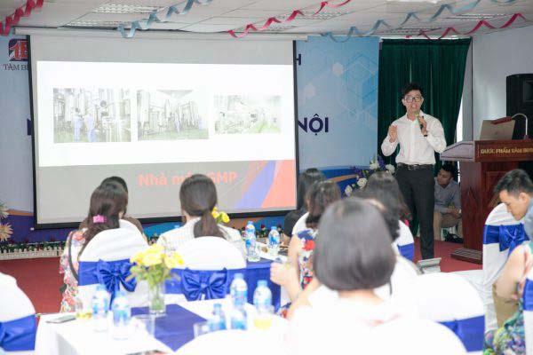 Thạc sĩ, Dược sĩ Nguyễn Minh Hoàng – Phó TGĐ Công ty Dược phẩm Tâm Bình giới thiệu về sản phẩm Tâm Bình để các nhà thuốc hiểu rõ về thành phần cũng như tác dụng để tư vấn bệnh nhân