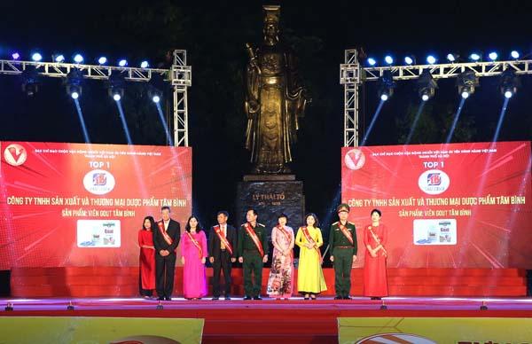 TGĐ Lê Thị Bình (áo dài đỏ, đứng thứ 2 từ trái sang) lên sân khấu nhận chứng nhận Top 1