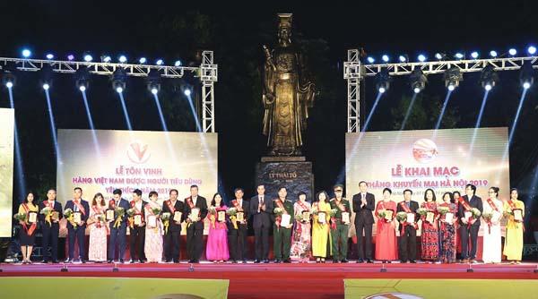 """TGĐ Lê Thị Bình nhận chứng nhận """"Top 1 Hàng Việt Nam được người tiêu dùng yêu thích 2019"""" cho sản phẩm Viên Gout Tâm Bình cùng 26 đại diện của các sản phẩm khác."""