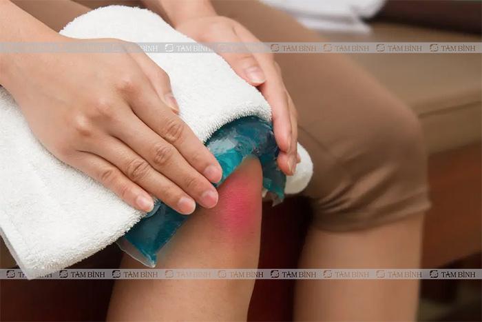 Bạn có thể chườm nóng hoặc lạnh để giảm nhức mỏi đầu gối