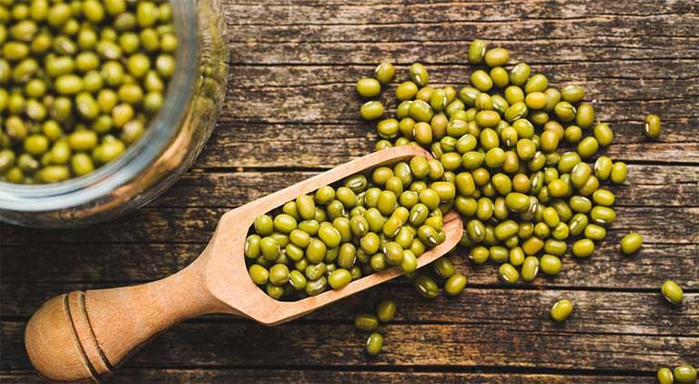 Đậu xanh có tác dụng kháng viêm, giúp giảm sưng đau do gout gây ra.
