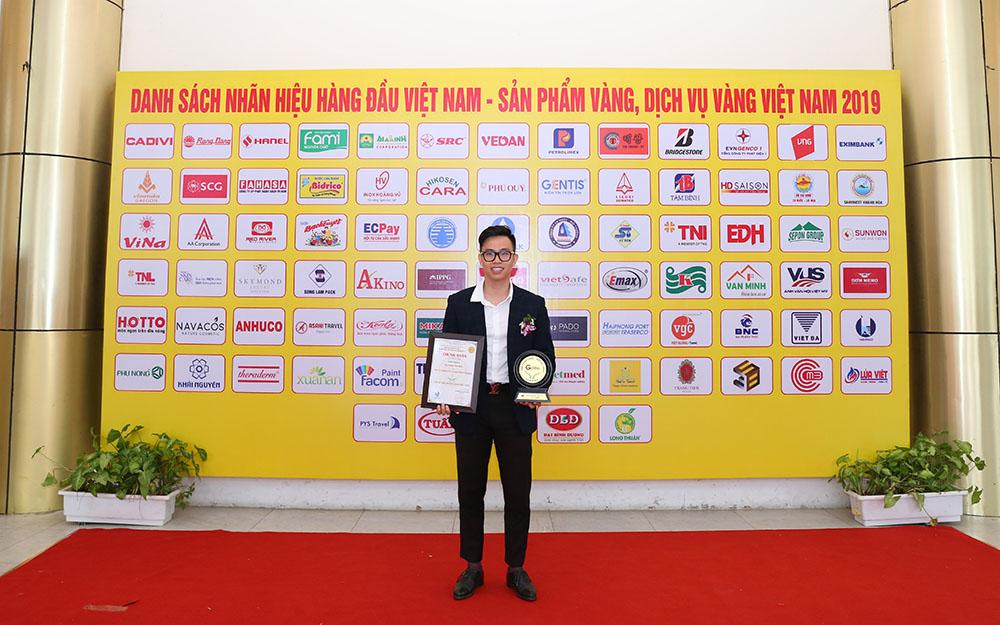 Th.s Nguyễn Minh Hoàng – Phó Giám đốc Công ty Dược phẩm Tâm Bình chụp ảnh lưu niệm tại chương trình