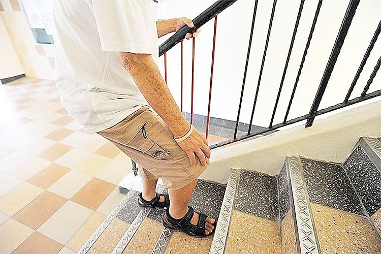 Gai khớp gối khi lên xuống cầu thang