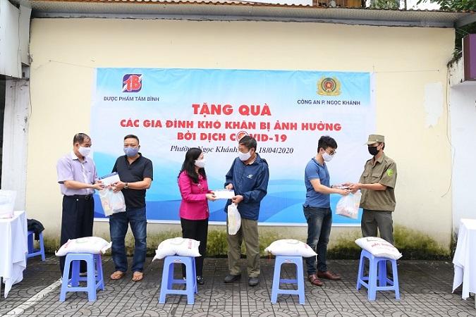 Người dân nhận quà do Tâm Bình trao tặng