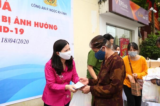 Người dân nhận quà hỗ trợ từ TGĐ Lê Thị Bình