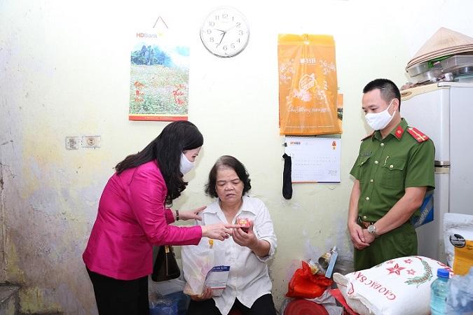 TGĐ Lê Thị Bình đến thăm hỏi gia đình khó khăn