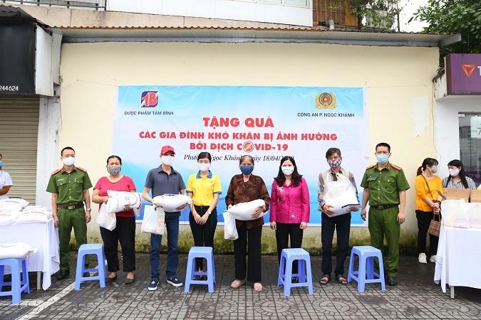 Tâm Bình và CA phường Ngọc Khánh tặng quà cho người dân