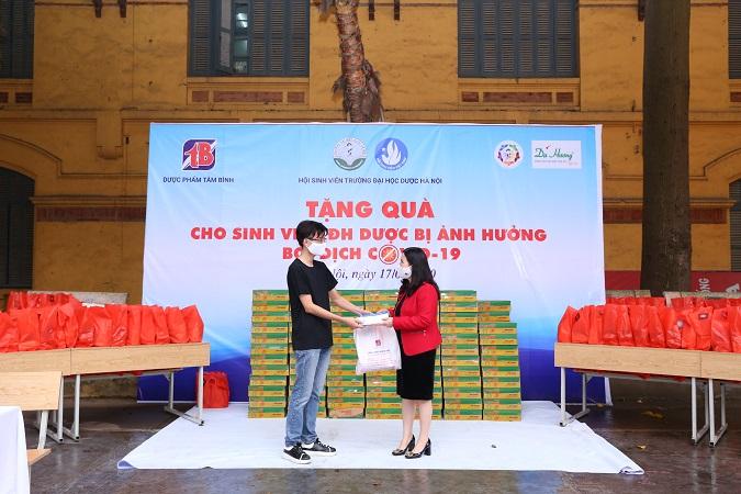 Dược sĩ Bình trao quà cho sinh viên ĐH Dược HN