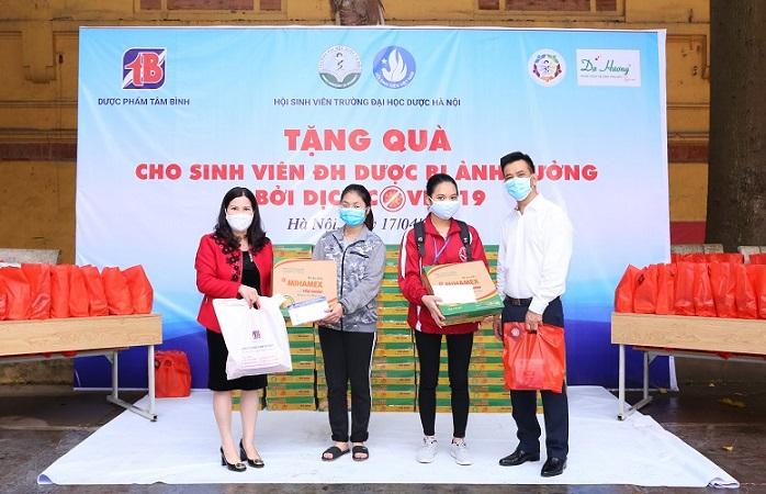 Cùng với Dược sĩ Bình còn có Quỹ hỗ trợ sinh viên ĐH Dược HN
