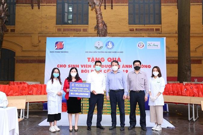 TGĐ Lê Thị Bình tặng quà cho sinh viên
