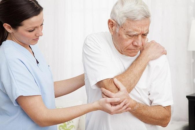 Người già là đối tượng dễ bị đau nhức xương khớp
