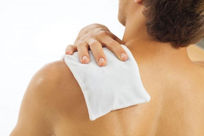 Người bị thoái hóa khớp vai có thể chườm nóng hoặc lạnh