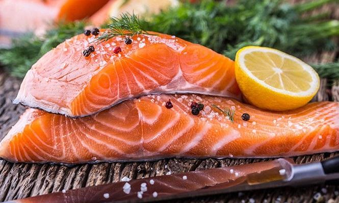 người bị tràn dịch khớp gối nên ăn nhiều cá hồi