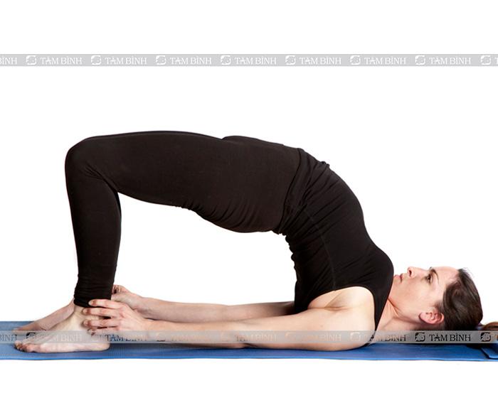 Tư thế cây cầu - yoga cho người thoái hóa đốt sống cổ