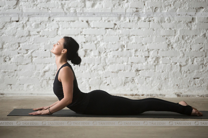 Tư thế rắn hổ mang- yoga cho người thoái hóa đốt sống cổ