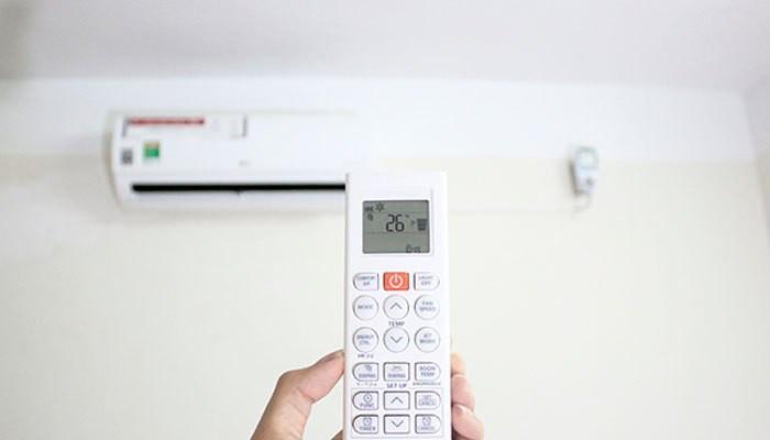 Bật điều hòa ở nhiệt độ thích hợp để hạn chế ảnh hưởng tới xương khớp