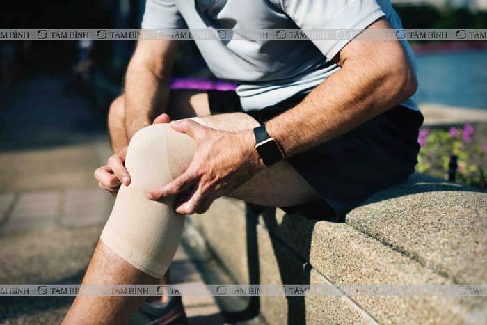 Người bị đau nhức ở đầu gối có thể sử dụng đai, nẹp để bảo vệ