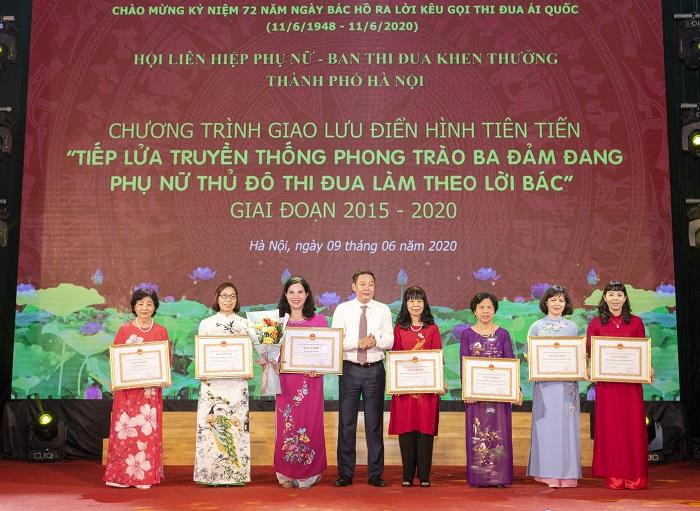 TGĐ Lê Thị Bình nhận bằng khen của Chủ tịch UBND TP Hà Nội
