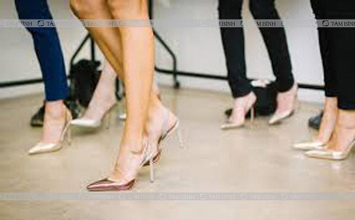 Đi giày cao gót