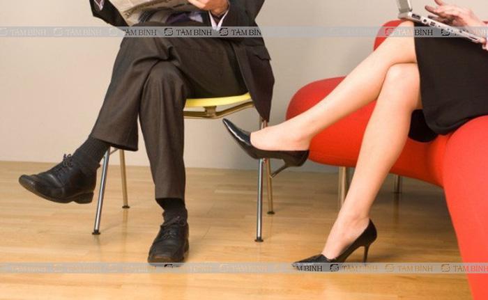Ngồi vắt chéo chân gây đau lưng ở người trẻ