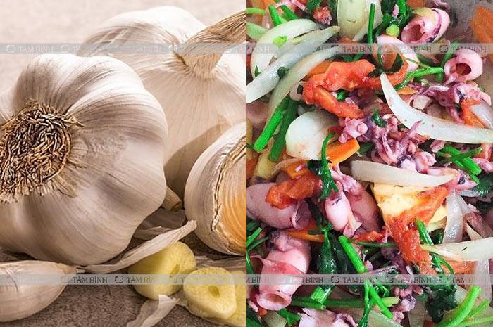 Do thói quen ăn nhiều thực phẩm có mùi vị kích thích như hành tỏi