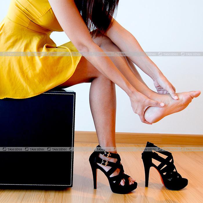 đi giày đúng cách tránh