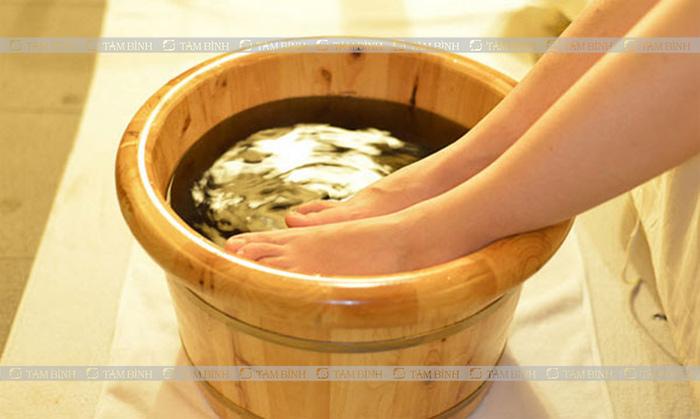 Ngâm chân chữa bệnh gout bằng lá lốt