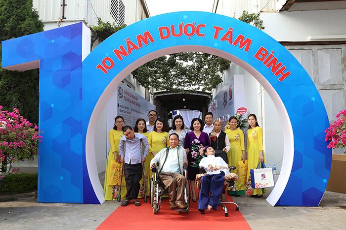 Tổng Giám đốc Lê Thị Bình cùng nhân viên và 3 vị khách