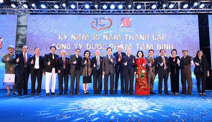 Tổng Giám đốc Lê Thị Bình chụp ảnh cùng Ban cố vấn và các nghệ sĩ đã đồng hành cùng Tâm Bình suốt thời gian qua